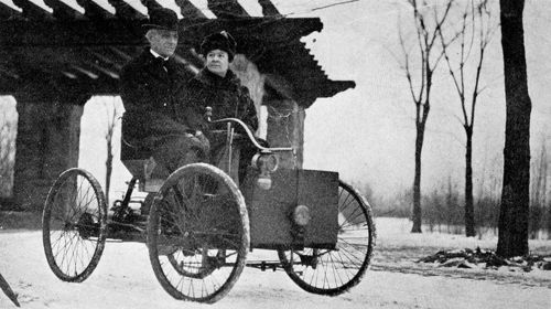 800px-Mr_and_Mrs_Henry_Ford_in_his_first_car