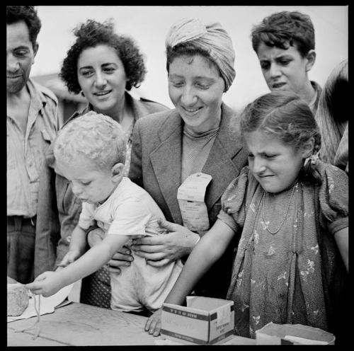 PD-Refugees_Registering_at_the_Fort_Ontario_Refugee_Camp_Oswego_New_York_08-1944