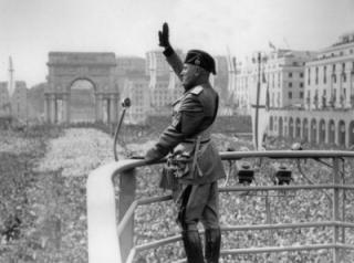 PD-Benito_Mussolini_Roman_Salute
